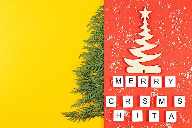 Weihnachtskomposition mit nadelbaumzweigen auf gelbem papierhintergrund mit platz für text. draufsicht. neujahrskonzept Premium Fotos