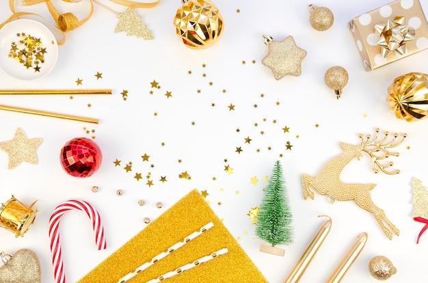 Weihnachtskomposition mit ornamenten Premium Fotos