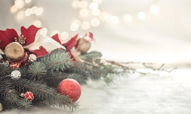 Weihnachtskomposition mit weihnachtsbaum und weihnachtskugeln Kostenlose Fotos