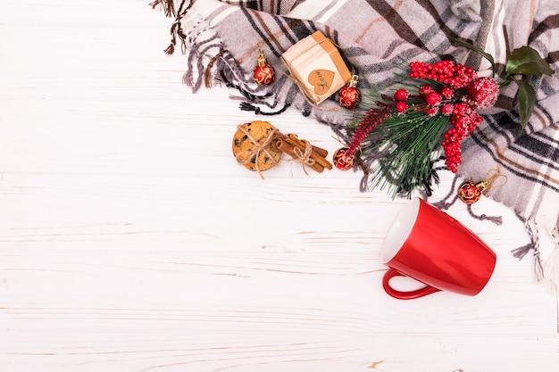 Weihnachtskomposition. rahmen aus weihnachtsdekoration auf weißem hintergrund. flache lage, draufsicht. Kostenlose Fotos