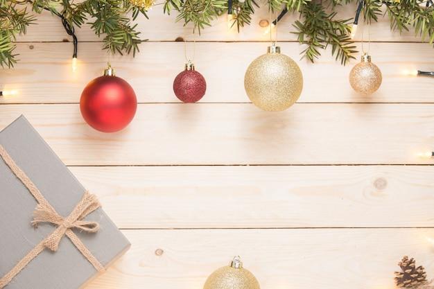 Weihnachtskomposition. weihnachtsgeschenk. weihnachtskugel auf weißem hölzernem hintergrund. spa kopieren Premium Fotos