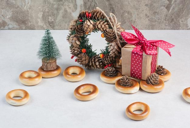 Weihnachtskranz aus tannenzapfen mit keksen und kleiner geschenkbox. hochwertiges foto Kostenlose Fotos
