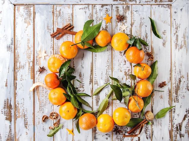 Weihnachtskranz mit mandarinen Premium Fotos