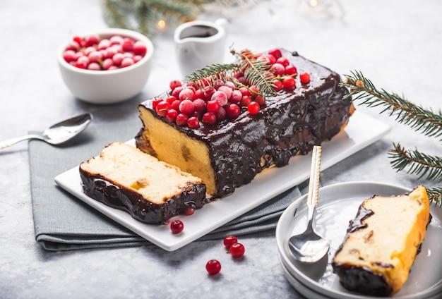 Weihnachtskuchen mit moosbeeren und weihnachtsdekorationen auf einer hellen oberfläche. Premium Fotos