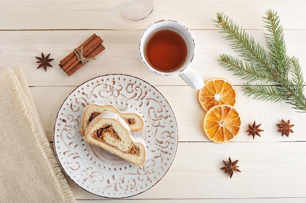 Weihnachtskuchen mit puderzucker, in scheiben geschnitten, tee Premium Fotos