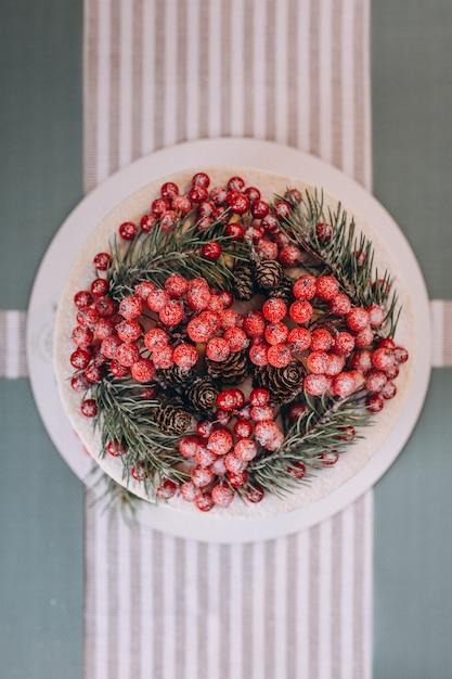 Weihnachtskuchen verziert mit roten beeren Kostenlose Fotos