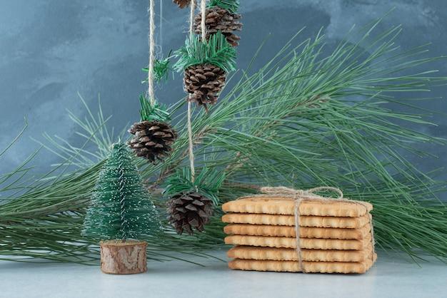 Weihnachtskugeln mit süßen keksen im seil. hochwertiges foto Kostenlose Fotos