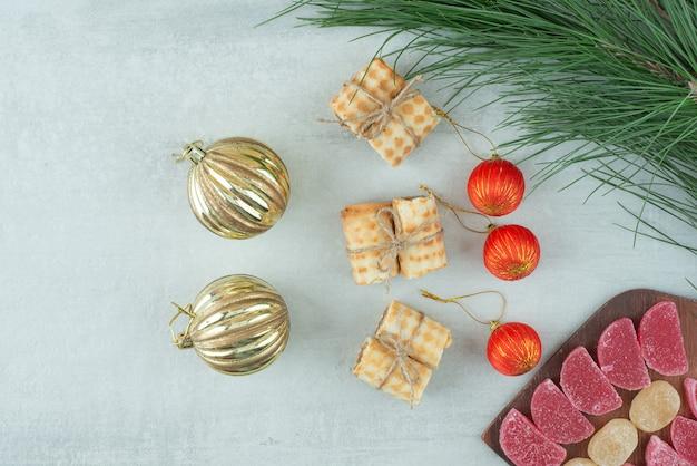 Weihnachtskugeln mit waffeln und süßer marmelade auf holzbrett. hochwertiges foto Kostenlose Fotos