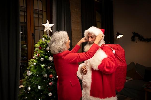 Weihnachtsmann, der zum weihnachten fertig wird Kostenlose Fotos