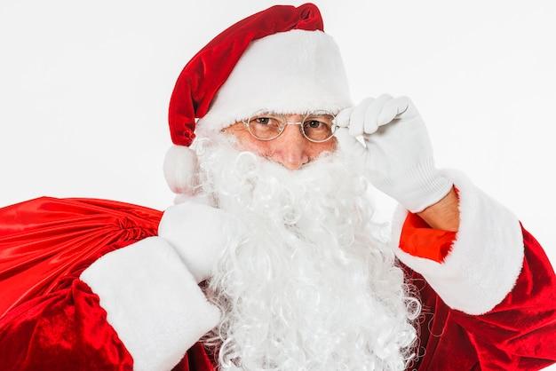weihnachtsmann im hut mit großem sack  kostenlose foto