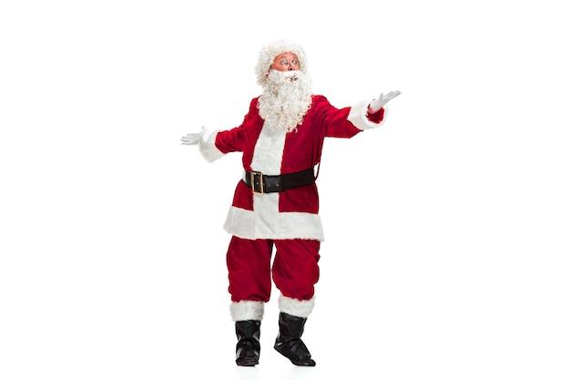Weihnachtsmann mit einem luxuriösen weißen bart, der weihnachtsmannmütze und einem roten kostüm lokalisiert auf einem weißen hintergrund Kostenlose Fotos