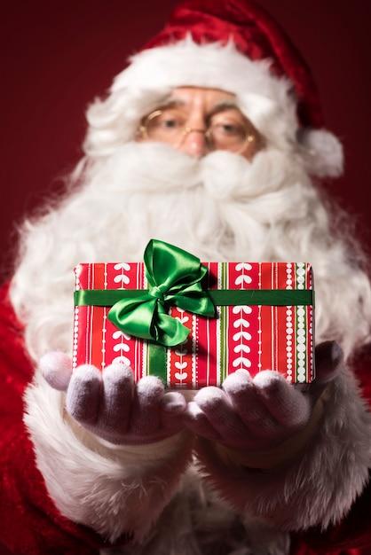 Weihnachtsmann mit geschenkbox Kostenlose Fotos