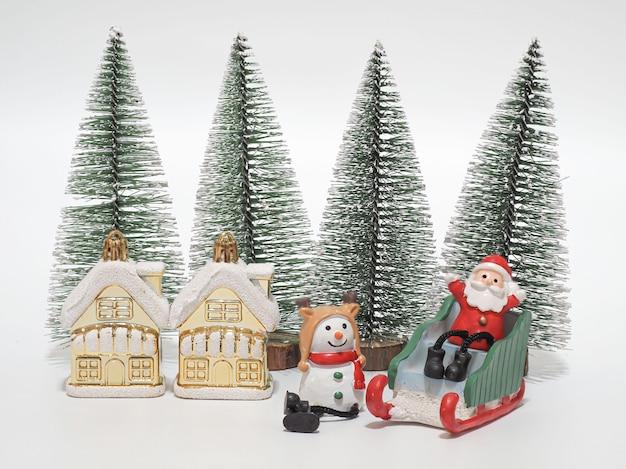 Weihnachtsmann sitzt auf schlitten mit schneemann, der auf weihnachten wartet Premium Fotos