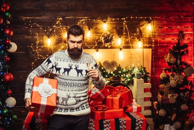 Weihnachtsmann zu hause. der weihnachtsmann feierte zu hause das neue jahr. neujahrsparty. hipster santa claus Premium Fotos