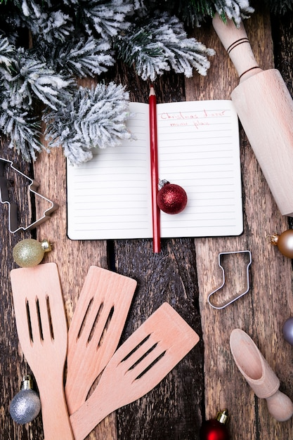 Weihnachtsmenü plan. notizbuch, welches das weihnachtsmenü schreibt. ansicht von oben. Premium Fotos