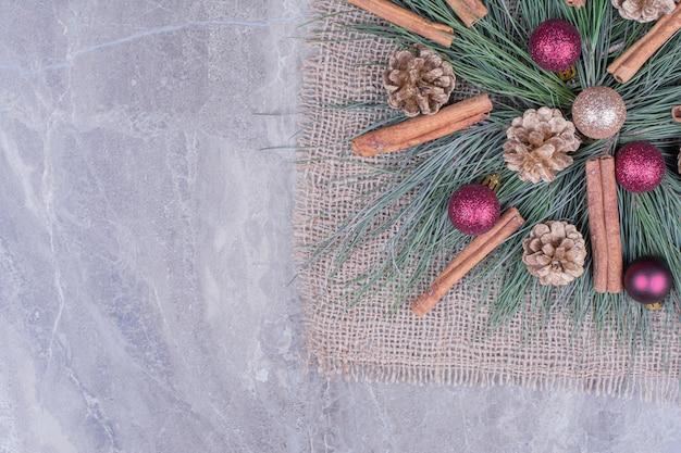 Weihnachtsmittelstück auf einem stück sackleinen Kostenlose Fotos