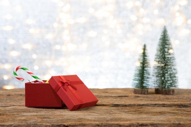 Weihnachtsneues jahr mit geschenkgeschenk-kieferhintergrund feiern zeit des glücklichen besonderen anlasses Premium Fotos