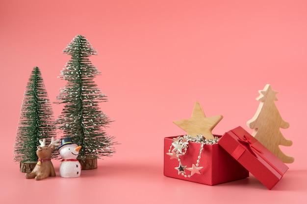 Weihnachtsneues jahr mit geschenkgeschenkhintergrund feiern zeit des glücklichen besonderen anlasses Premium Fotos
