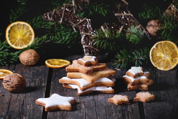 Weihnachtsplätzchen mit festlichem dekor Premium Fotos