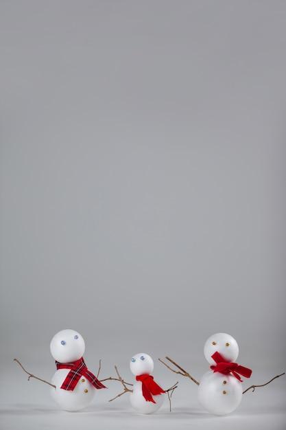 Weihnachtspuppen auf einem grauen hintergrund Kostenlose Fotos