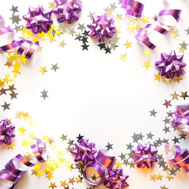 Weihnachtsrahmen der silbernen und rosa pastelldekoration, bälle, lametta, stern, funkeln auf weiß. weihnachten. flach liegen. draufsicht mit kopienraum Premium Fotos