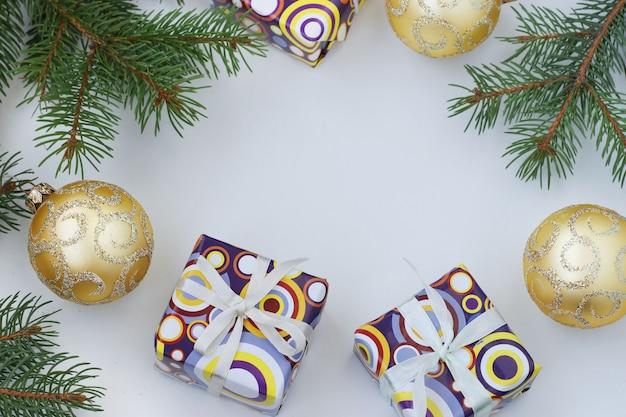 Weihnachtsrahmen mit geschenken und goldenen globen Premium Fotos