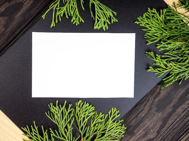 Weihnachtsrahmenhintergrund mit weihnachtsbaum und weihnachtsdekorationen. frohe weihnachten grußkarte, banner. thema winterurlaub. frohes neues jahr. platz für text Premium Fotos
