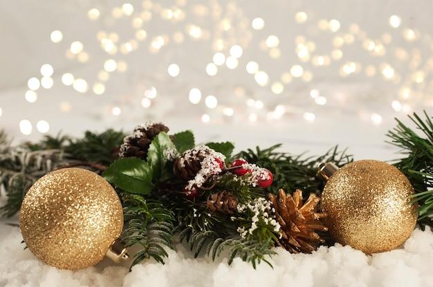 weihnachtsschmuck im schnee download der kostenlosen fotos. Black Bedroom Furniture Sets. Home Design Ideas