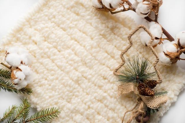 Weihnachtsschmuck mit gestrickten schals und baumwolle Premium Fotos