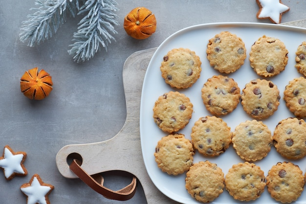 Weihnachtsschokoladenkoteletts, flach auf grauem stein liegen Premium Fotos