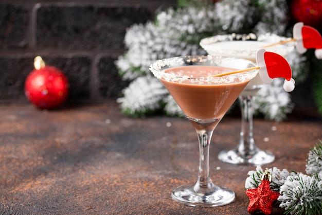Weihnachtsschokoladenschneeflocke-martini-cocktail Premium Fotos