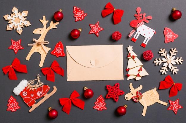 Weihnachtsschwarzes mit feiertagsspielwaren und -dekorationen. Premium Fotos