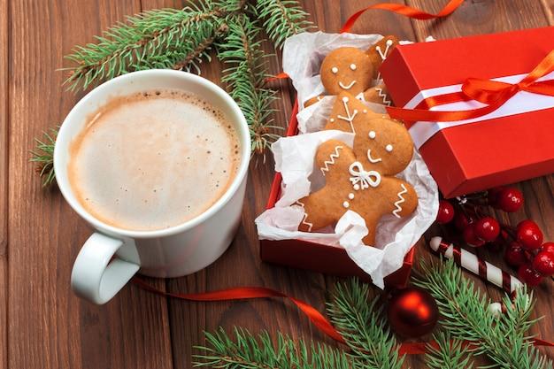 Weihnachtsselbst gemachte lebkuchenmannplätzchen Premium Fotos