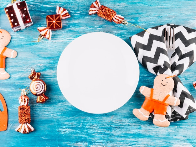 Weihnachtsspielwaren mit platte auf tabelle Kostenlose Fotos