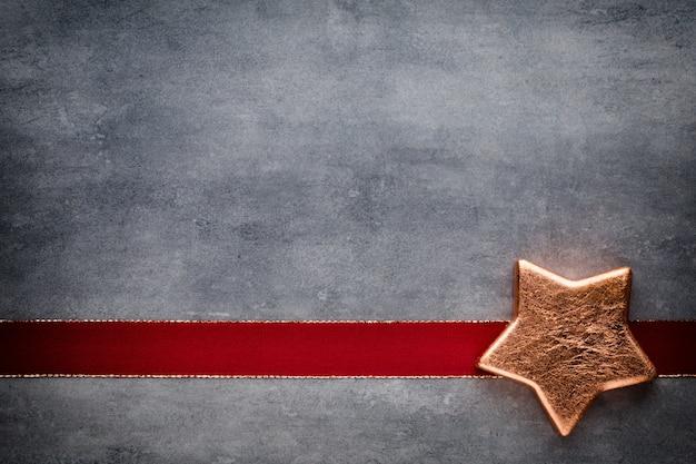 Weihnachtssterne. grußkarte. weihnachtsmuster. hintergrund auf der grauen farbe. Premium Fotos