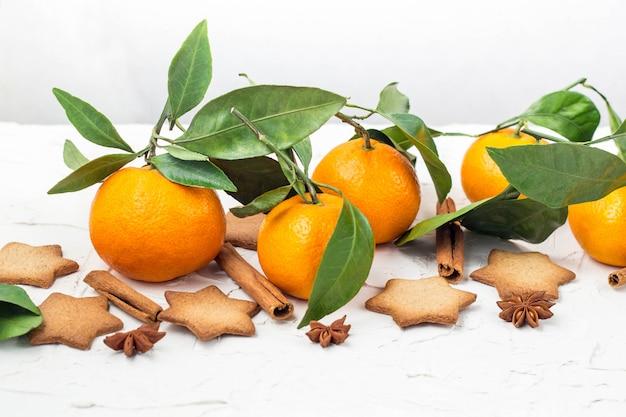 Weihnachtssternplätzchen mit gewürzen und mandarine Premium Fotos