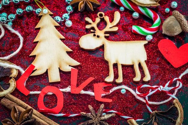 Weihnachtsstillleben mit etikettenliebe und holzspielzeug Kostenlose Fotos