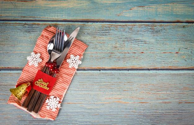 Weihnachtstabellengedeckdekoration mit gabellöffel und messer auf serviette Premium Fotos