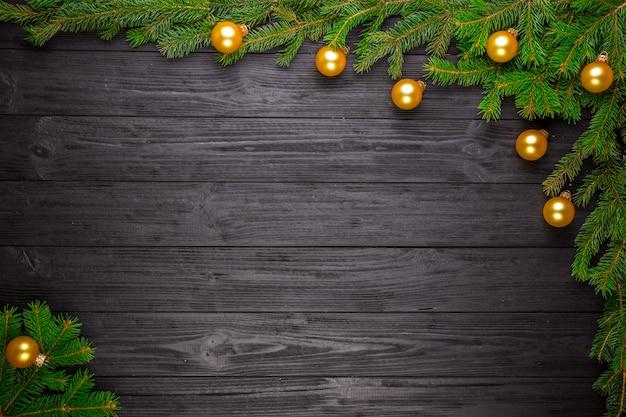 Weihnachtstannenbaum auf schwarzem hölzernem hintergrund Premium Fotos
