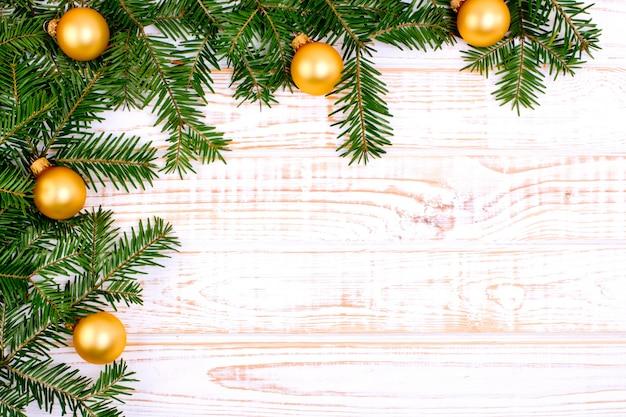 Weihnachtstannenbaum auf weißem hölzernem hintergrund. Premium Fotos