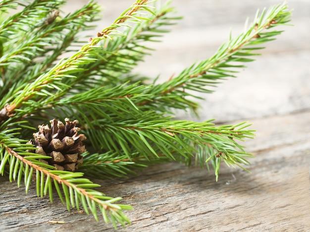 Weihnachtstannenbaum mit dekoration auf einem hölzernen brett Premium Fotos