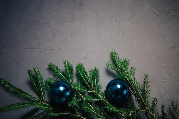 Weihnachtstannenbaumaste über dunklem hintergrund mit kopienraum Premium Fotos