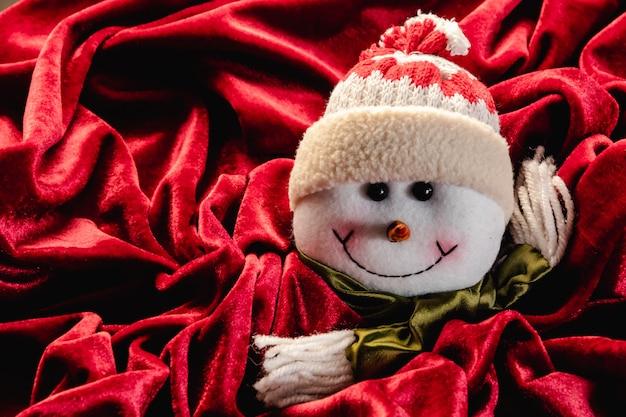 Weihnachtsteddy auf rotem samt Premium Fotos