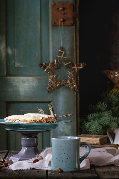 Weihnachtstisch mit eclairs Premium Fotos