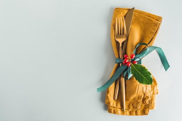 Weihnachtstischbesteck mit serviette auf platte Premium Fotos