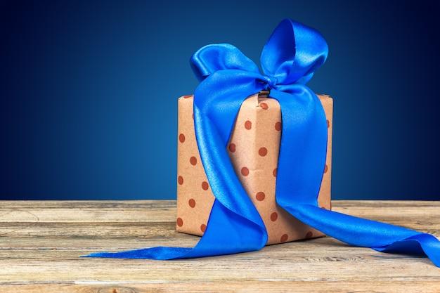 Weihnachtstischdekoration mit einer geschenkbox Premium Fotos