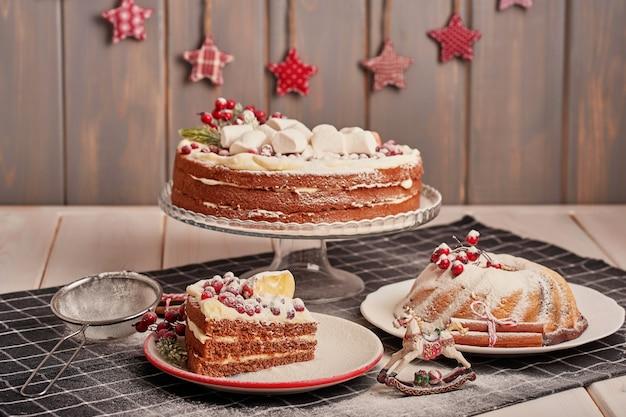 Weihnachtstischschmuck, festlicher fruchtkuchen mit bonbons auf dem tisch Premium Fotos