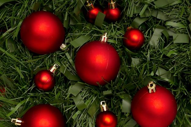 Weihnachtsverzierung gemacht mit blättern und kugeln Kostenlose Fotos