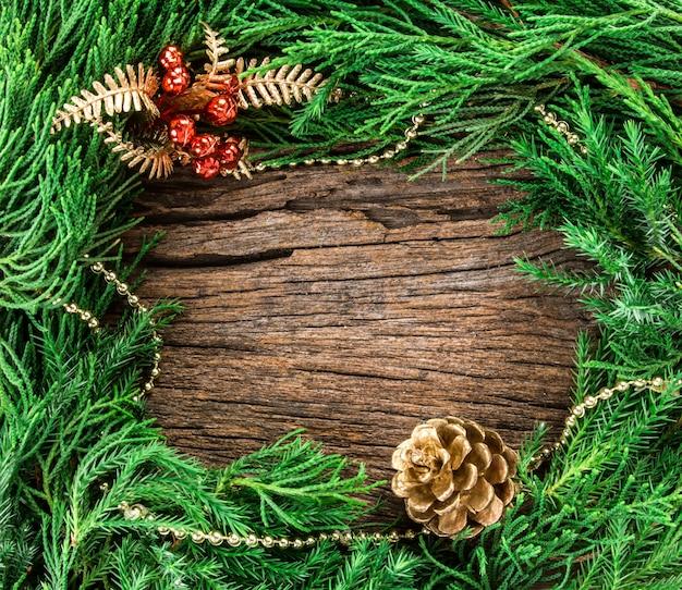 Weihnachtsverzierungen auf hölzernem als rahmenrand mit copyspace Premium Fotos