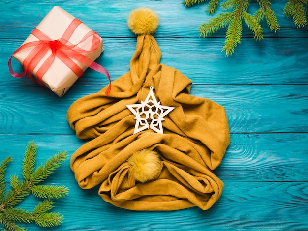 Weihnachtswinter-ebenenlage mit schalbaum Premium Fotos